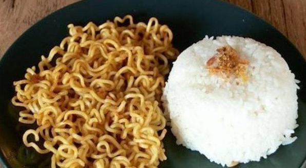 Bayaha Makan Nasi Dan Mie Instan Bersamaan Terus Menerus