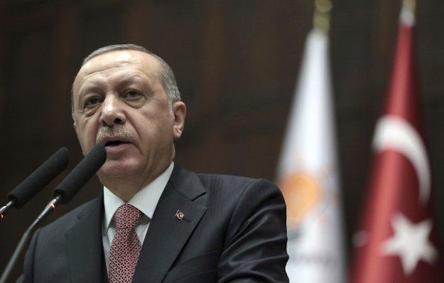 Ο Ερντογάν καταδικάζει την «υπέρμετρη βία» στο... Παρίσι