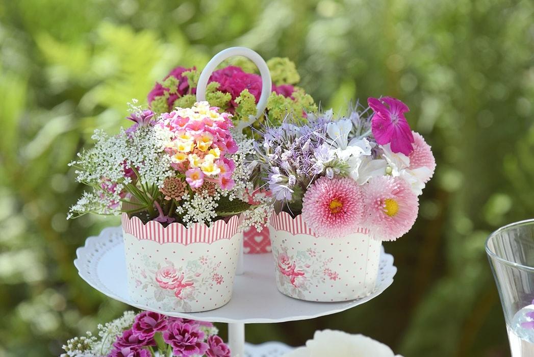 Romantische Tischdekoration aus Blumen selber machen.