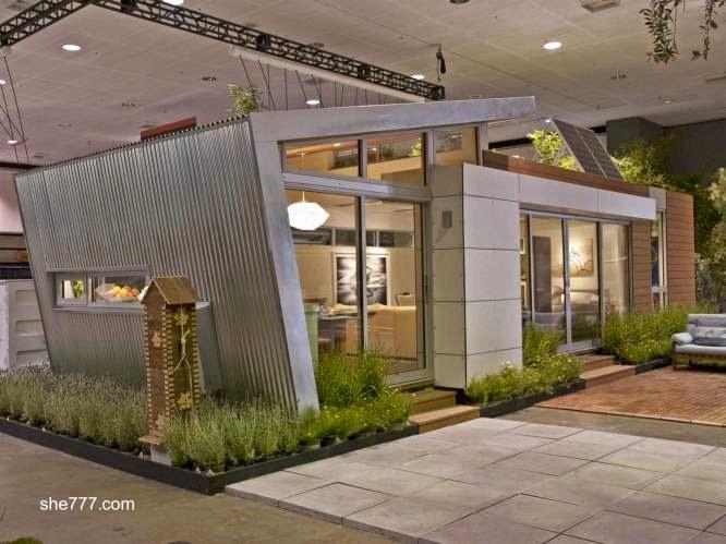 Vivienda prefabricada contemporánea en exposición bajo techo
