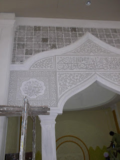 Karya Kaligrafi Arab pada Mihrab dengan bahan spoon hard sebelum di cat.