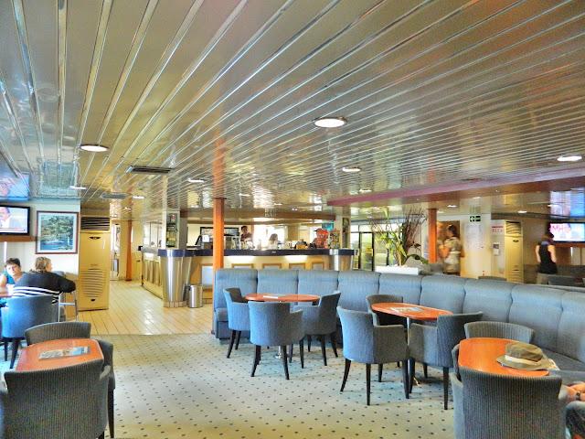 Salão de passageiros do ferry Panagia Skiadeni, que navega a partir de Rodes