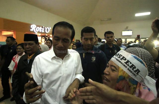 Sempat tertunda dari jadwal sebelumnya, 13.20 Wita. Calon Presiden Nomor Urur 01, Joko Widodo akhirnya tiba di Bandara Syamsudin Noor Banjarmasin di Banjarbaru pada pukul 15.20 Wita, Rabu 27/3/2019.