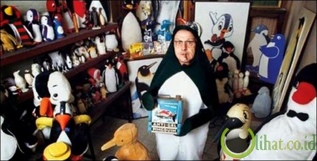 Pria ini obsesi ingin jadi pinguin. Dirinya dengan bangga memakai baju pinguin.