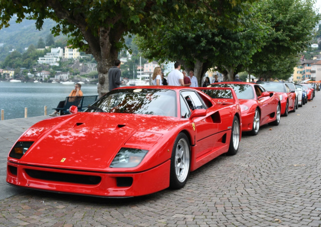 Roter Ferrari F 40  und Sportwagen parken an der Seepromenade in Ascona, Sportcars Day