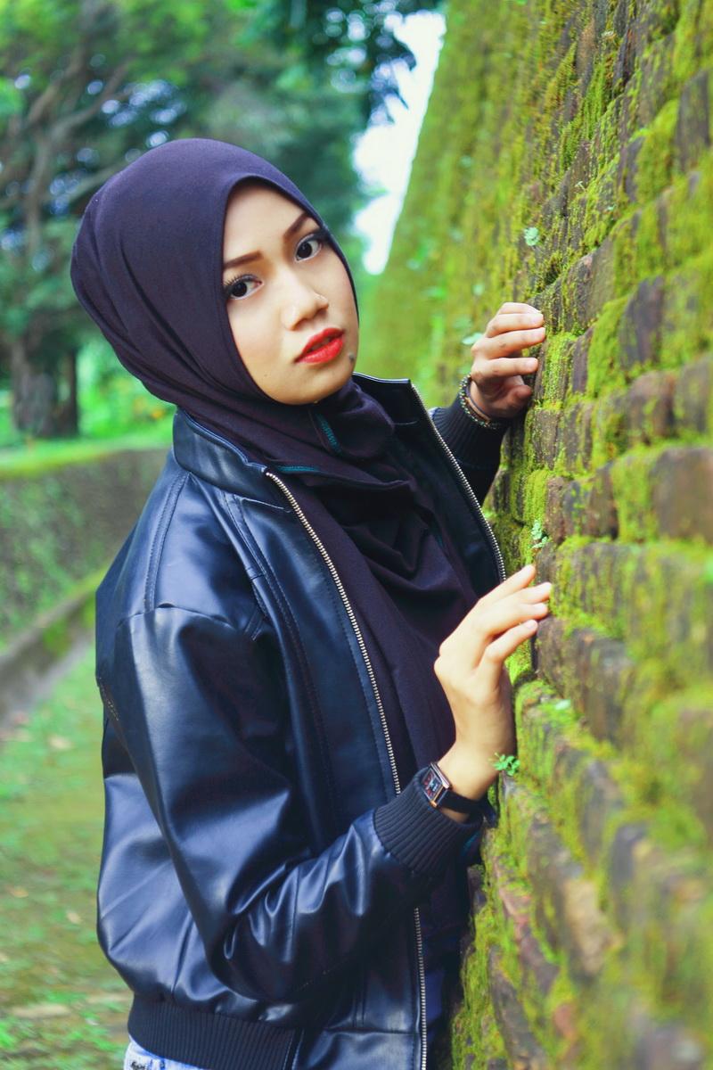 Padu pada jeans Model Cantik dengan Jilbab Trendi hijab segi empat