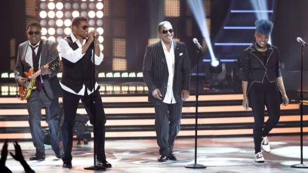 Los cantantes Tito Jackson, Jackie Jackson y Marlon Jackson, de The Jackson Five, y Tyanna Jones durante una actuación en la final del American Idol XIV (2015)