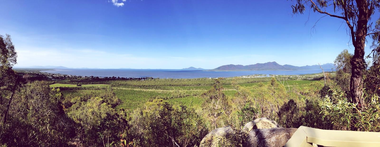 Punkt widokowy w australijskim miasteczku Cardwell na Morze Koralowe i wyspę Hinchbrook