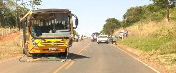 Cândido de Abreu: Acidente envolvendo Fiat Uno e ônibus escolar