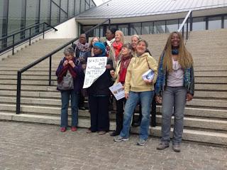 Madeleine Scherb avec les participants de la réunion de préparation de la COP21