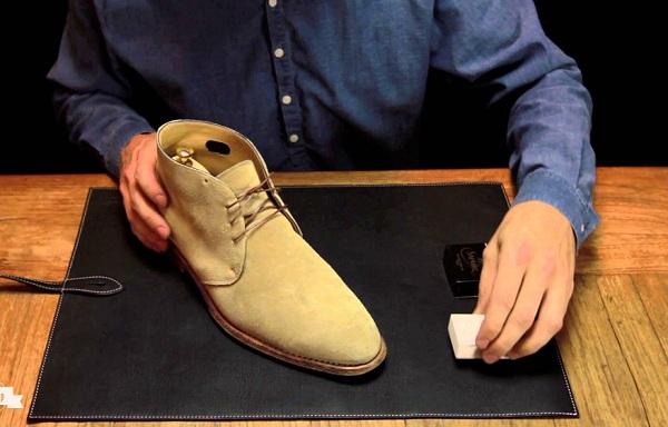 Mẹo làm sạch giày nam da lộn không bao giờ dễ đến vậy