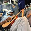 رجل هندي يعزف الغيتار أثناء عملية مخ لتحديد المشكله!