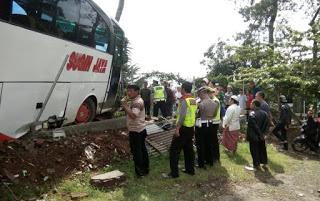 CIANJUR : Diduga Rem Blong 'Bus Bermuatan Pelajajar SDN Tangerang Tabrak Benteng Rumah Warga