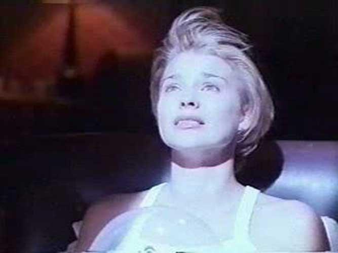 Kimberly Rowe en una secuencia de Puerta al Infierno