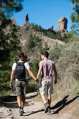 Chicos visitando el Roque Nublo