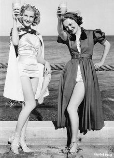 fotos viintage, dos mujeres con bañador en la playa