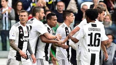 Alex Sandro e jogadores da Juventus comemoram gol sobre a Fiorentina (Foto: Reuters)