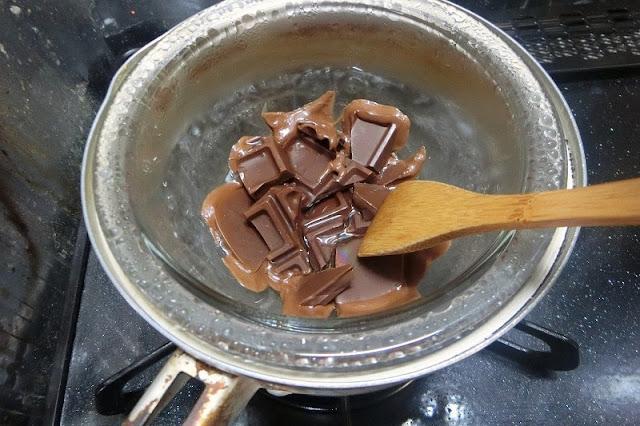 チョコレートとサラダ油を湯煎にかけて溶かす