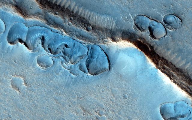 Mã Morse trên Sao Hỏa. Những rãnh lớn chia cắt bề mặt Sao Hỏa, có thể là dấu vết của một đại dương cổ đại. Hình ảnh: NASA/JPL.