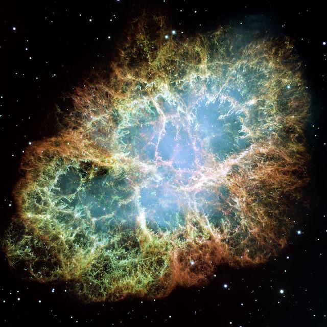 Messier 1 – Tinh vân Con Cua. Hình ảnh góc rộng này là một trong những hình ảnh lớn nhất được chụp bởi Kính Viễn vọng Không gian Hubble của NASA, cho thấy tàn dư của một vụ nổ siêu tân tinh đang trải rộng gần 6 năm ánh sáng và vẫn tiếp tục mở rộng. Những nhà thiên văn học Trung Hoa và Nhật Bản đã quan sát được sự kiện siêu tân tinh tạo nên tinh vân này vào năm 1054. Những sợi khí màu cam là phần còn sót lại của ngôi sao trước khi phát nổ và chủ yếu là hydro. Ngôi sao neutron tự quay quanh trục với tốc độ chóng mặt nằm ở trung tâm của tinh vân này là nguồn phát ra ánh sáng màu trắng làm thắp sáng phần cấu trúc bên trong của tinh vân. Sao neutron giống như ngọn hải đăng, tự quay quanh trục và phát ánh sáng ra xung quanh, sao neutron trong Tinh vân Con Cua quay đến hơn 30 vòng chỉ trong một giây. Ngôi sao neutron này có lõi vô cùng đậm đặc sau sự sụp đổ của ngôi sao trước phát nổ. Hình ảnh: NASA, ESA, J. Hester and A. Loll (Arizona State University).