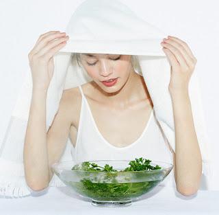Xông hơi mặt giúp trị mụn ẩn dưới da hiệu quả tại nhà