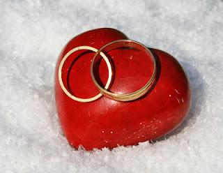 Zwei Ringe und ein Herz als Symbol für gemeinsame Aktivitäten in der Partnerschaft.