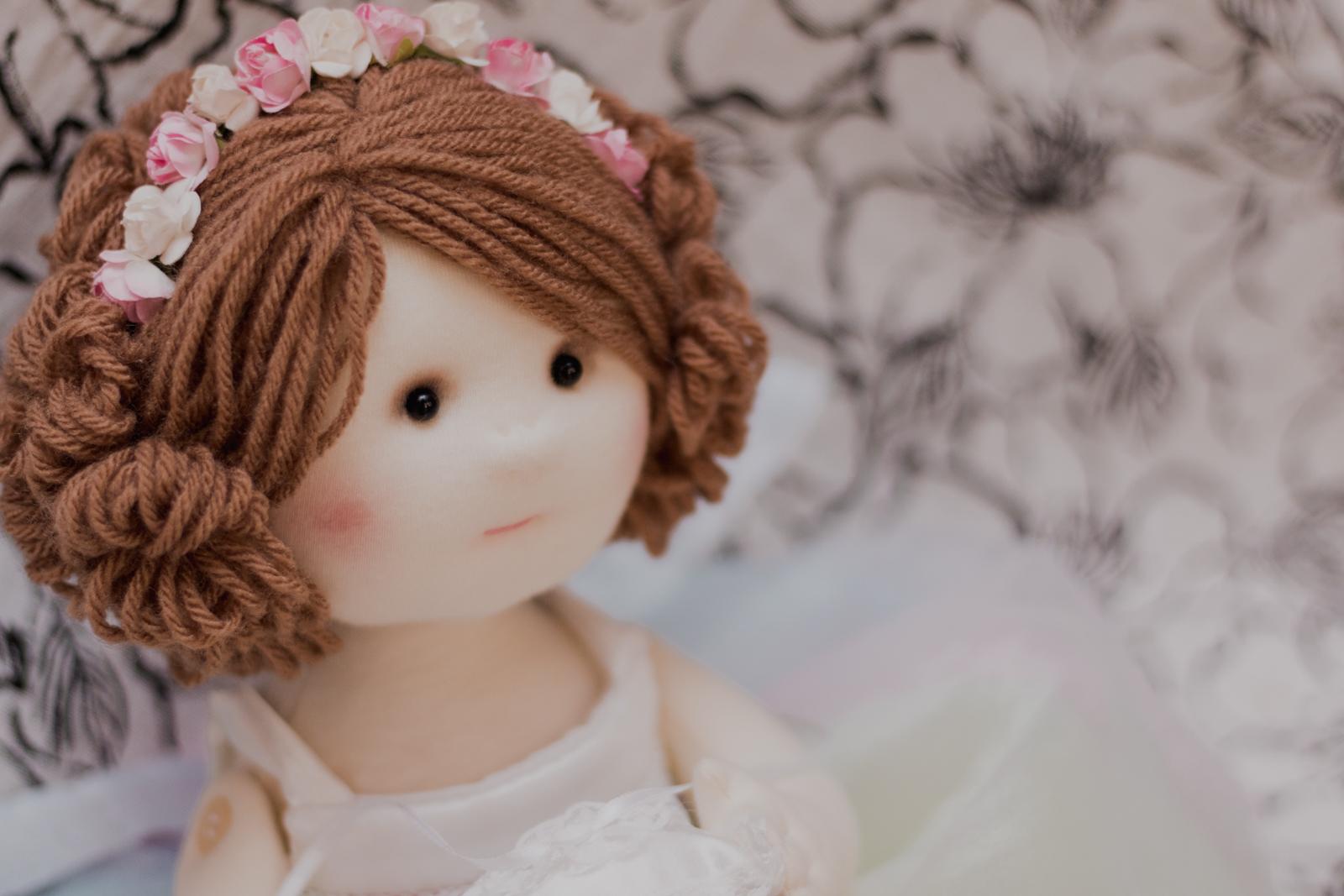 boneca leva aliança casamento