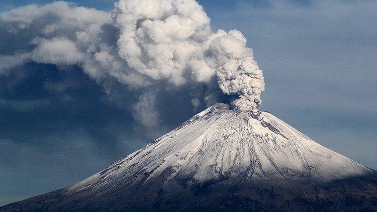 Messico: dopo il terremoto M7,1 l'eruzione vulcanica del Popocatépetl con fumo rosso