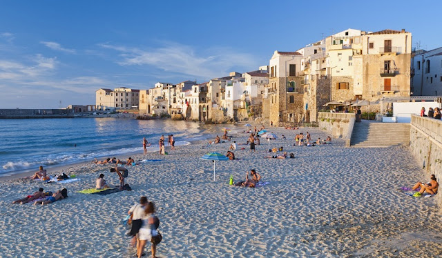 Pessoas na praia em Sicília na Itália