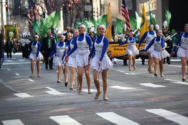Grupo de danza baston ballete bailando Nuev York Celebra el día de San Patricio 2016