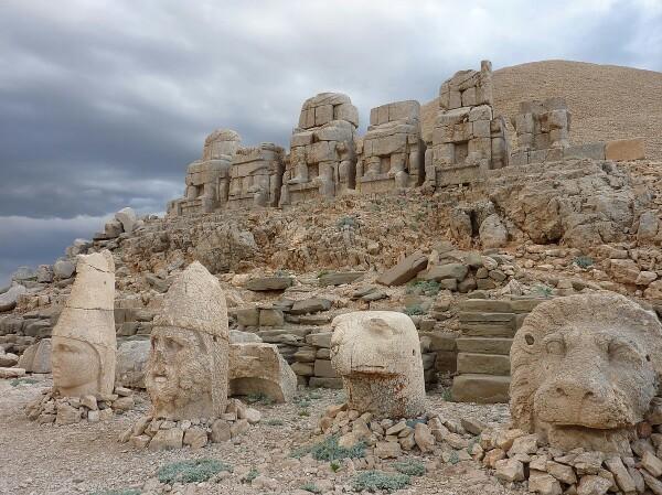 التماثيل الضخمة الذي وضعها الملك انطيوخس ثيوس  على جبل نمرود وكانت هذه التماثيل للملك نفسه مع أسدين ضخمين واثنين من النسور مع تماثيل يونانية أخرى