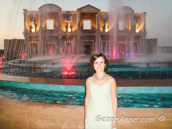 Kaya Artemis resort & casino otelde bir akşam üstü yemek öncesi dolaşırken, Kuzey Kıbrıs