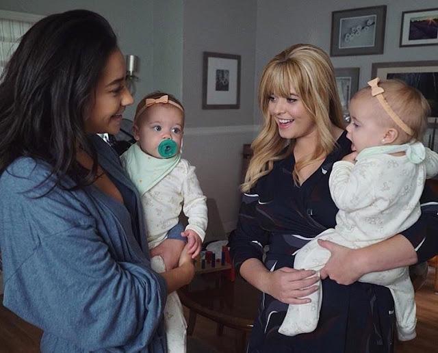 Emily e Alison com as filhas