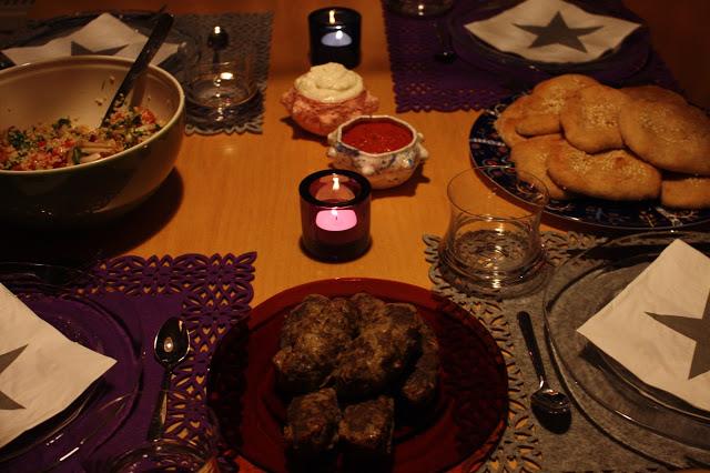 lähi-itä meze illallinen tabbouleh paahdettu paprikatahna munakoisorullat jauhelihakebakot