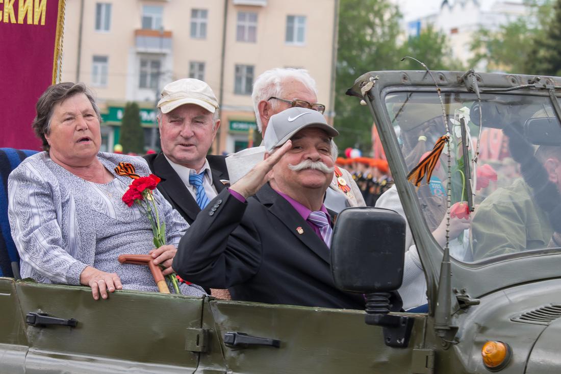 Ветеран с усами салютует