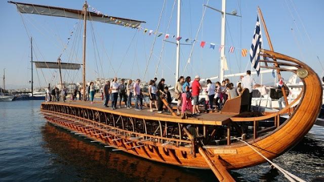 Στα νερά του Σαρωνικού με πολίτες κωπηλάτες η τριήρης Ολυμπιάς