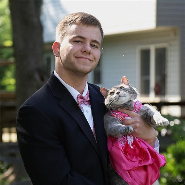 Nam sinh dắt mèo cưng đi Prom