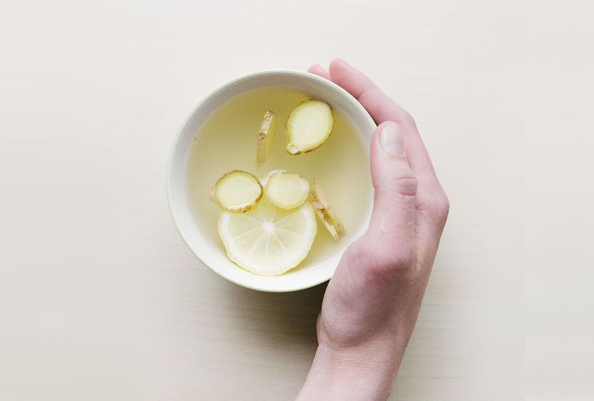 kubek wody z imbirem, cytryna, pobudzajaca mikstura