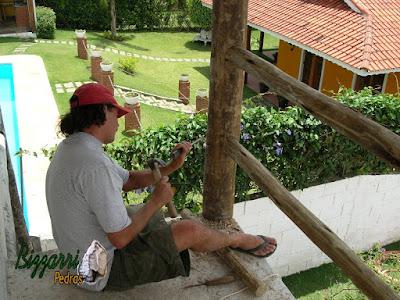 Executando o para peito de madeira na sacada do quarto com os pilares de madeira.
