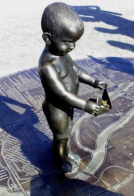 """Скульптура """"Малыши, запускающие кораблики"""" на Почтовой площади"""