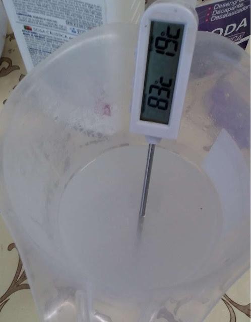 Fotografía del termómetro introducido en la disolución de agua y sosa caustica
