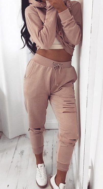 trendy set: top + pants + sneakers