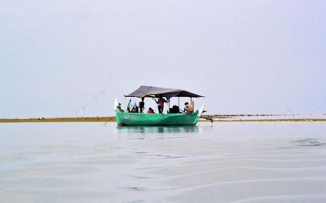 Kapal nelayan di sekitar pulau Gosong