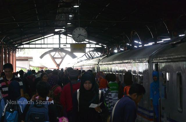 Calon penumpang Kereta Api di Stasiun Tugu Yogyakarta