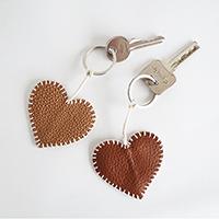 http://www.ohohdeco.com/2015/02/diy-valentine-key-ring.html