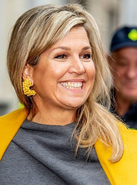 Pensioen3daagse, an initiative of the national Wise in Money Affairs platform. Queen Maxima wore a yellow coat and yellow trousers by Natan