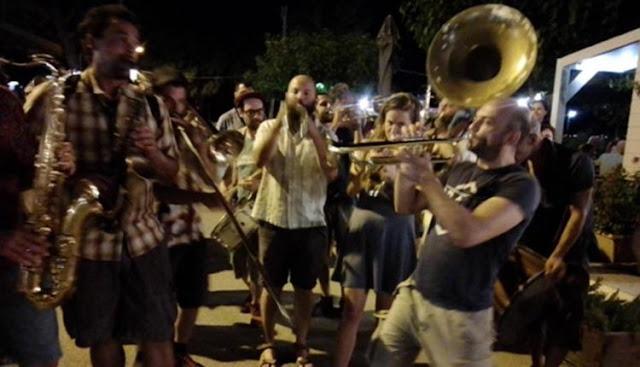 """""""Αγία Φανφάρα"""": Η μπάντα που ξεσήκωσε το Ναύπλιο (βίντεο)"""