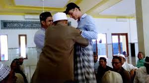 Bule Ini Pakai Celana Pendek Lalu Masuk Masjid, Kejadian Selanjutnya Bikin Merinding