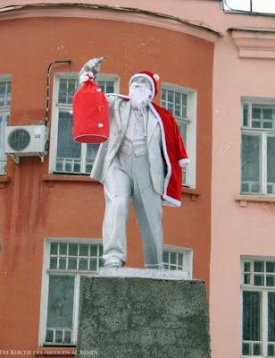 Komische Statue lustig Weihnachtsmann mit rotem Mantel und Geschenksack