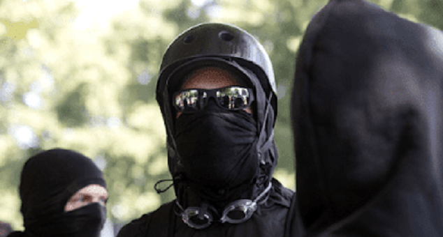 """ΣΟΥΗΔΙΑ: Η αστυνομία βρήκε κοντέινερ των """"antifa"""" γεμάτο με όπλα"""